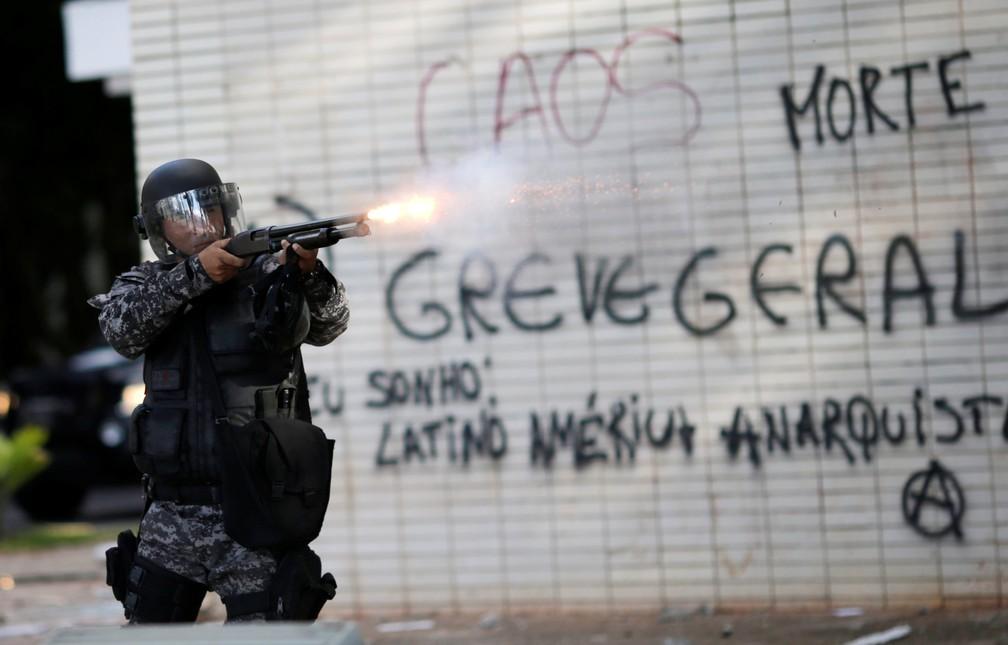 Confronto entre policiais e manifestantes durante protesto contra o presidente Michel Temer, em Brasília (Foto: Ueslei Marcelino/Reuters)