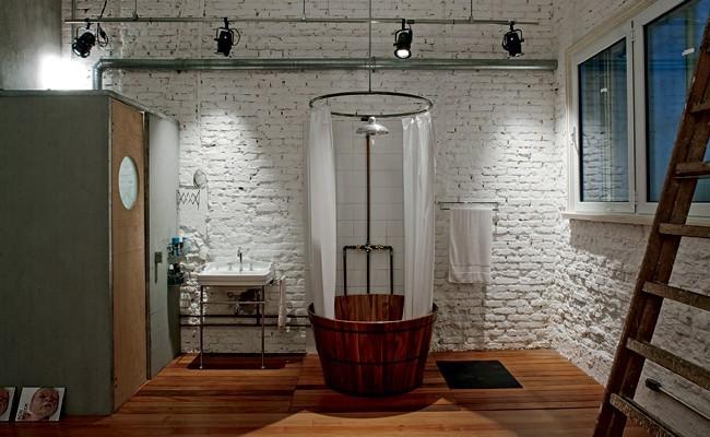 O apartamento dos anos 1950 foi reformado pelo arquiteto Juan Pablo Rosenberg e ganhou uma suíte com área de banho integrada ao dormitório. Apenas o vaso sanitário fica em um box com ventilação por exaustor (Foto: (Foto: Nelson Kon e Beto Consorte))