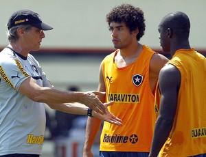 Oswaldo de Oliveira e Bruno Mendes no treino do Botafogo (Foto: Jorge William / Ag. O Globo)