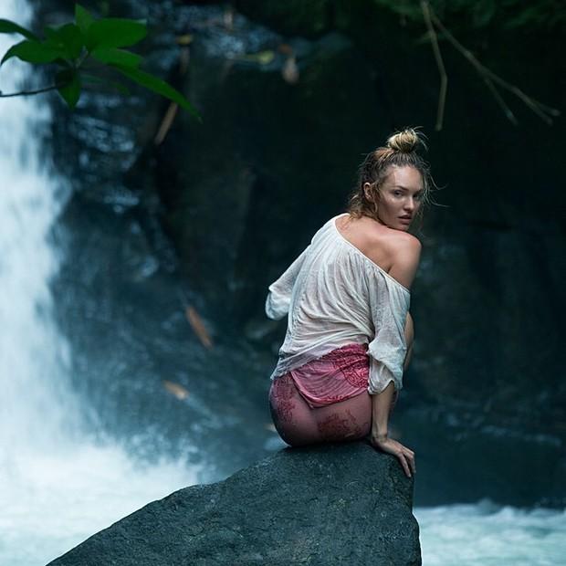 Candice Swanepoel posa em cachoeira na Costa Rica (Foto: Instagram/ Reprodução)