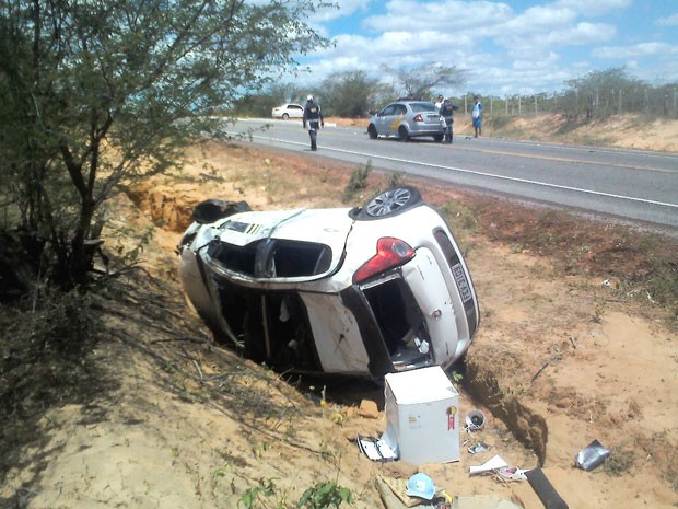 Carro do cantor foi jogado para fora da pista da RN-406 (Foto: Francisco Oliveira Coelho)
