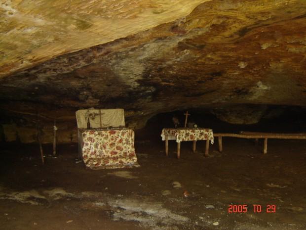 Local onde fiéis realizam missa na gruta (Foto: Unitins/NUTA/Divulgação)