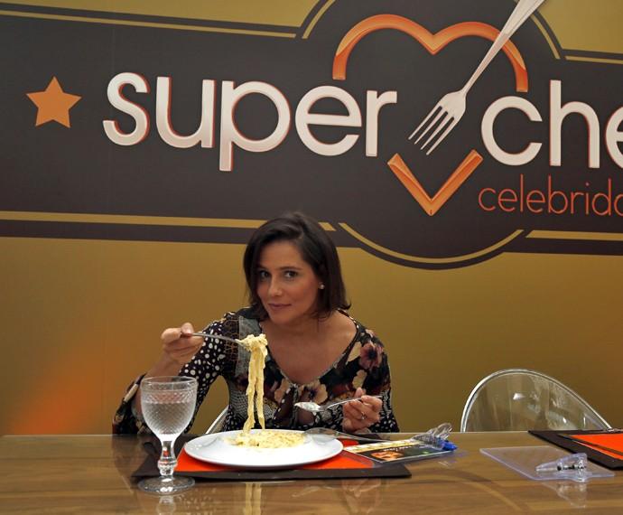 Deborah Secco à espera de Maria Flor: comendo massa (Foto: Raphael Dias/Gshow)