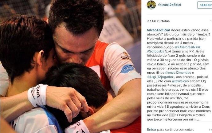 Falcão recebe o abraço do filho Luigi após marcar com da vitória do Sorocaba (Foto: Reprodução/ Instagram)