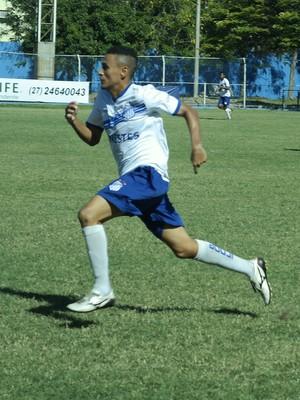 Lateral-esquerdo Saulo foi na contramão dos companheiros e negou atraso de salários (Foto: Richard Pinheiro/GloboEsporte.com)