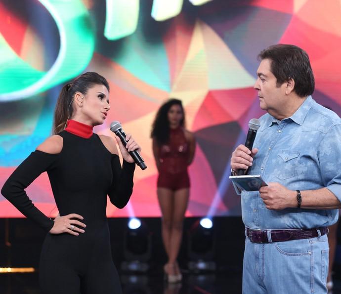 Paula Fernandes conversou com Faustão no palco do 'Domingão' (Foto: Carol Caminha/ Gshow)