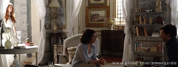 Olenka invoca o espírito da falecida, que aparece logo em seguida... (Foto: Amor à Vida / TV Globo)