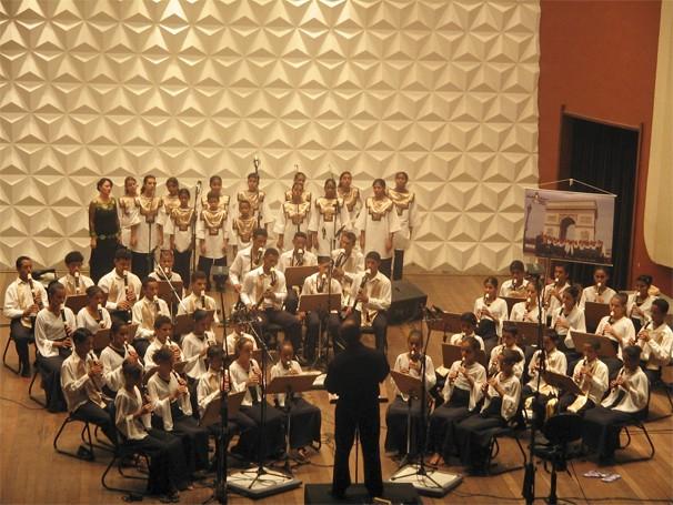 Crianças e jovens do projeto Flauta Mágica durante a gravação do primeiro CD (Foto: Divulgação/Flauta Mágica)