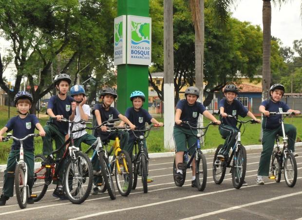 Meninos praticam ciclismo na Escola do Bosque Mananciais (Foto: Divulgação)