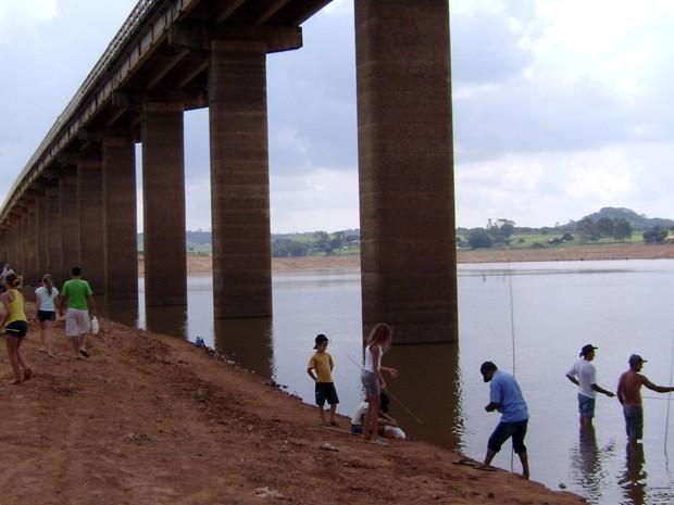 Ponte das Amoras, que surgiu com a seca do lago, virou área de lazer (Foto: Wagner Rodrigues de Oliveira / VC no G1)