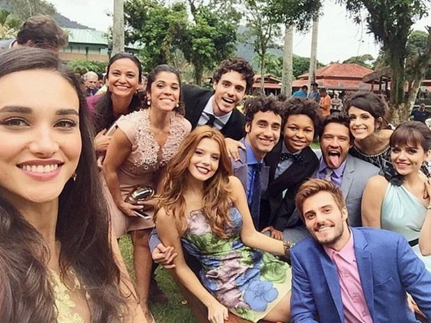 Débora Nascimento faz selfie com grande parte do elenco (Foto: Reprodução)