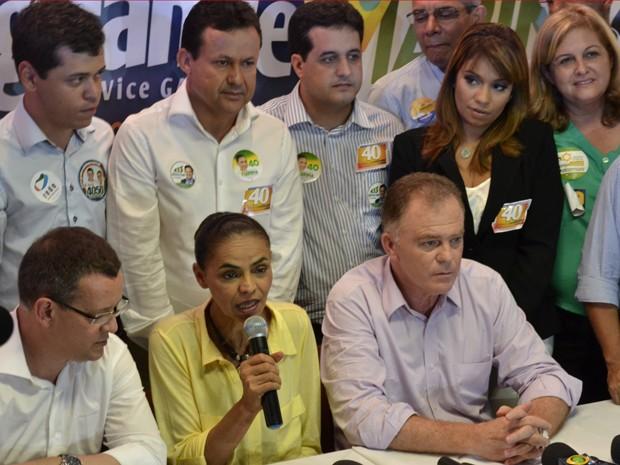 Marina Silva e o candidato a vice, Beto Albuquerque, falam à imprensa ao lado do governador Renato Casagrande, candidato à reeleição (Foto: Viviane Machado/G1)