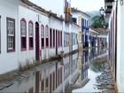 Maré alta invade ruas do Centro Histórico de Paraty, RJ