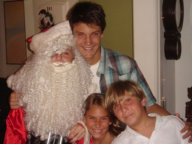 Alice se fantasia de papai noel e posa com irmão e primos. Irreconhecível, né? (Foto: Malhação / Tv Globo)
