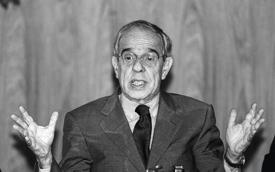 Márcio Thomaz Bastos, ministro da Justiça em 2003,ao anunciar um plano nacional de segurança (Foto:   Alan Marques/Folhapress)