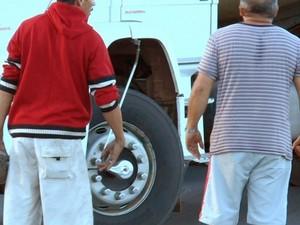 Caminhoneiros ameaçam com pedras colega que tentou furar bloqueio na BR-153, em Aparecida de Goiânia (Foto: Reprodução/TV Anhanguera)