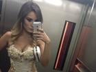 Uau! Ex-BBB Leticia Santiago vai com vestido ousado a casamento