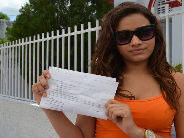 SÁBADO (8) - Aracaju (SE) - Andressa Santos Souza, 19 anos, chegou 12h05 na escola onde faria a prova e também não conseguiu entrar. (Foto: Marina Fontenele/G1)