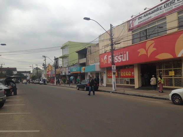 Área onde ocorreu linchamento é cercada de estabelecimentos comerciais (Foto: Rafaella Fraga/G1)