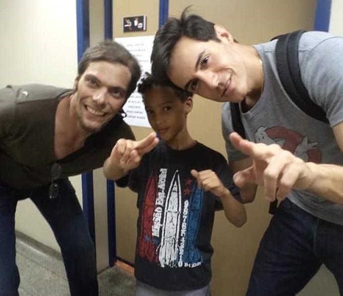 O ator mirim com Luiz Henrique Nogueira e Ricardo Tozzi  (Foto: Arquivo Pessoal / Gshow)