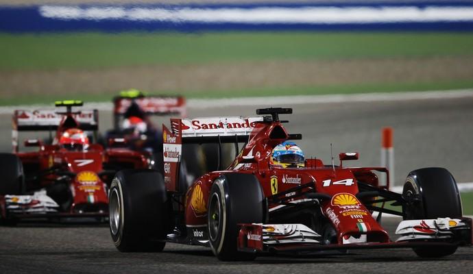Fernando Alonso e o companheiro Kimi Raikkonen tiveram desempenho discreto no Bahrein (Foto: Getty Images)