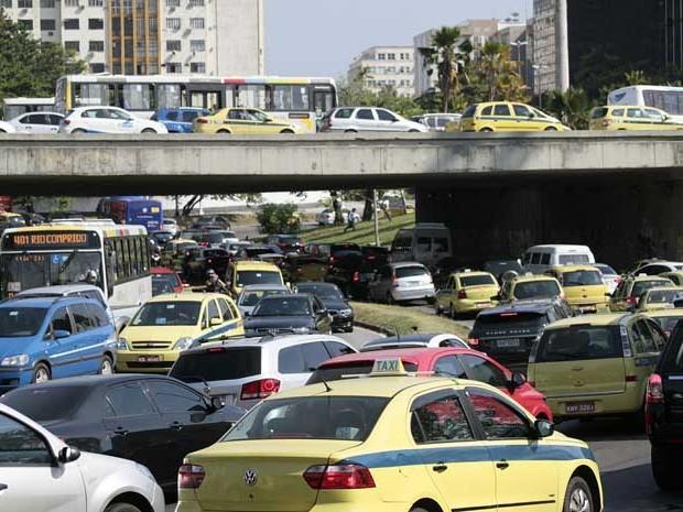 Trânsito lento na Avenida Presidente Castelo Branco (Radial Oeste), no Rio de Janeiro (Foto: Glaucon Fernandes/ Estadão Conteúdo)
