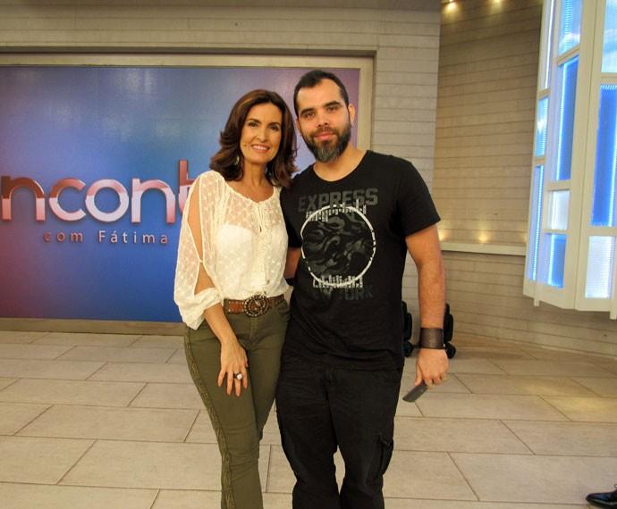 Nos bastidores do 'Encontro', a apresentadora tira foto com um convidado  (Foto: Carolina Morgado/Gshow)