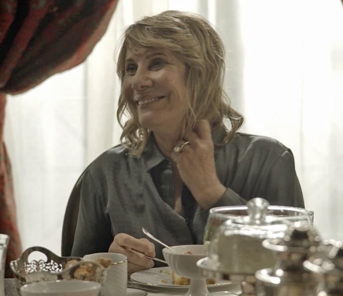 Nora fica feliz com a novidade (Foto: TV Globo)