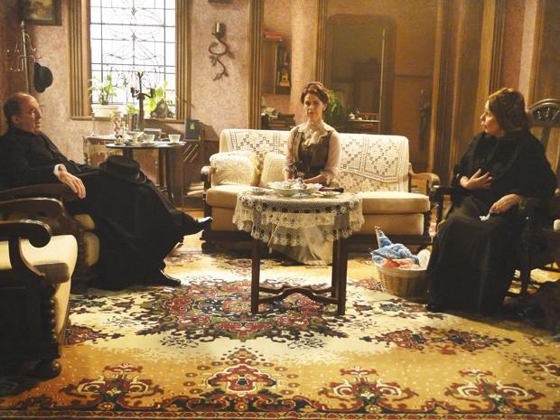 Padre Olegário vai até a casa do delegado para dar bronca em Dona Eulália (Foto: Lado a Lado/Tv Globo)
