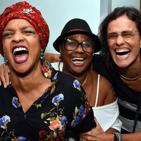 Elisa Lucinda, Sandra de Sá e Zélia Duncan festejam a estreia de 'L, o musical' (Foto: Cristina Granato)