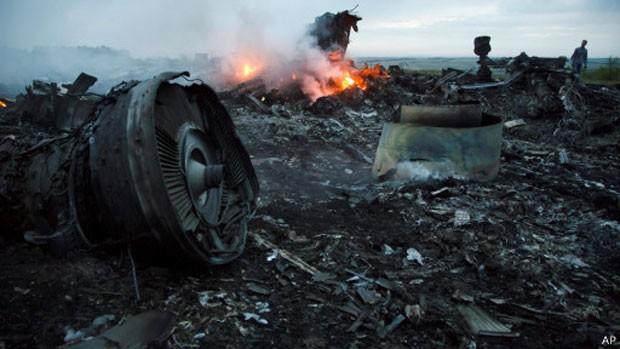 Os dois lados do conflito na Ucrânia se culpam mutuamente pela queda do avião (Foto: AP)
