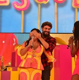 Regina é surpreendida por Cauã: 'É meu número!' (TV Globo)