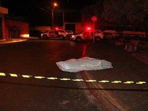 Desempregado é morto com 10 tiros na Vila Jacobucci em São Carlos, SP (Foto: Maurício Duch)