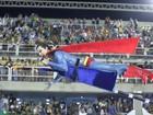 Super-Homem pós-Kriptonita? Paulo Dalagnoli 'voa' com ajuda de maca