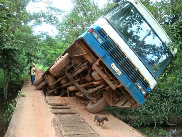 Ônibus escolar permanece sobre a ponte do Rio Quatro Cachoeiras em Cacaulândia, RO (Foto: Erivelto Carlos/Site Rondônia Vip)