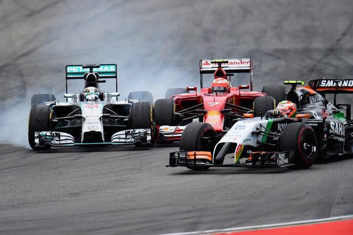Lewis Hamilton em uma das suas diversas ultrapassagens (Foto: Getty Images)