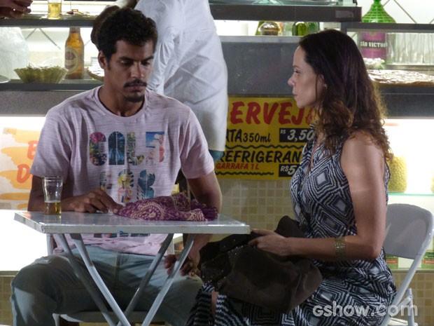 Juliana oferece joias em troca de Bia para Jairo (Foto: Em Família/TV Globo)