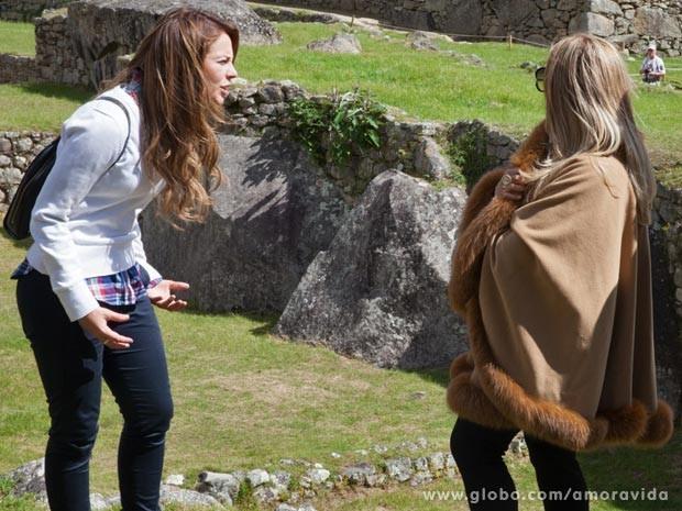 Momentos antes de conhecer Ninho, Paloma discute com Pilar e sai revoltada (Foto: Amor à Vida / TV Globo)