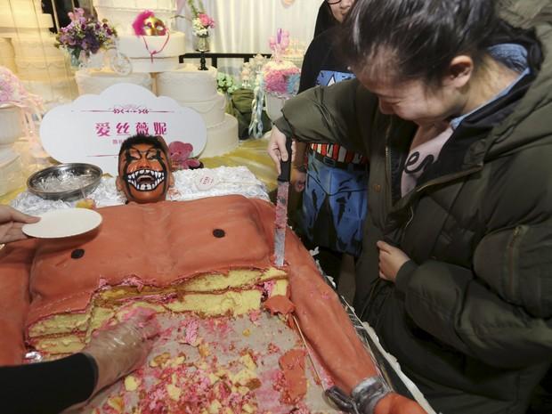 Pedaços do bolo foram distribuídos para clientes (Foto: Reuters)