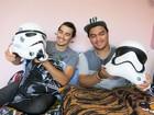 Fãs de Star Wars, primos reproduzem capacete de Stormtrooper em papel