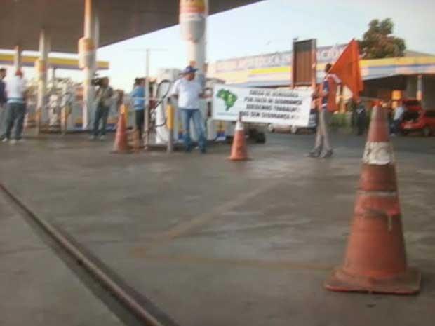 Frentistas iniciam protesto contra violência em postos de combustíveis no DF (Foto: TV Globo/Reprodução)
