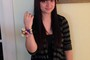 Talia Maselli, de 18 anos, posa com a pulseira de flores que recebeu do vice-presidente dos EUA, Joe Biden, após convidar o política para seu baile de formatura