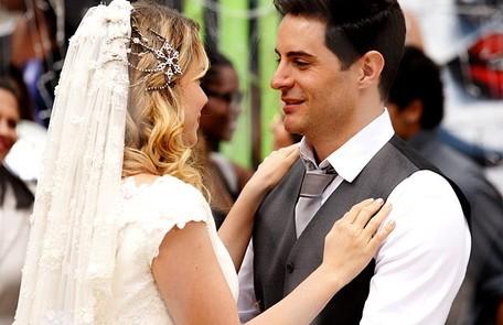 ...Rosário (Leandra Leal) e Inácio (Ricardo Tozzi). Os casais disseram o 'sim' com festa no Borralho de 'Cheias de charme' TV Globo