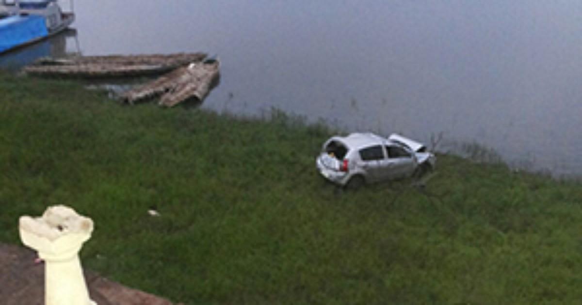 Estudante perde o controle do veículo e quase cai dentro de rio no ... - Globo.com