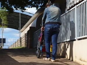 Kailane só consegue entrar na escola por um portão secundário, com rampa para deficientes físicos (Foto: Igor Savenhago/G1)