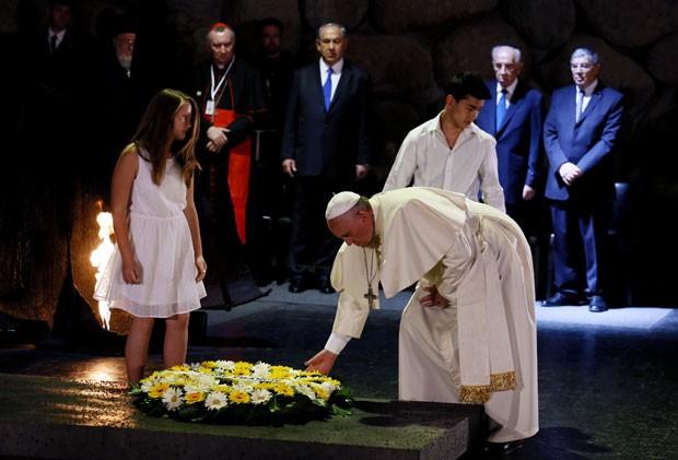 Papa Francisco deixa coroa de flores em visita ao Museu do Holocausto de Jerusalém nesta segunda-feira (24) (Foto: Gali Tibbon/AFP)