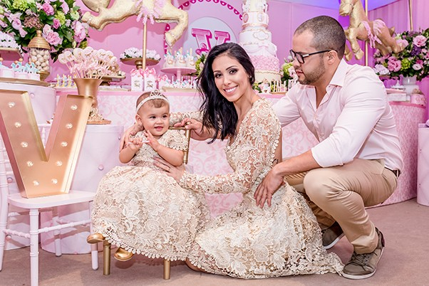 Bella Falconi com a filha, Vicky, e o marido (Foto: Camille Toledo / Divulgação)