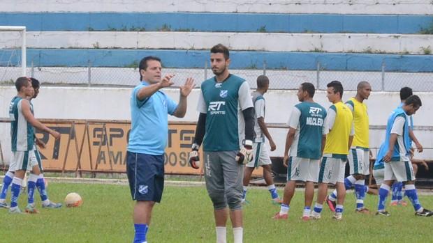 Paulinho McLaren William treino Taubaté (Foto: Bruno Castilho/ Divulgação)