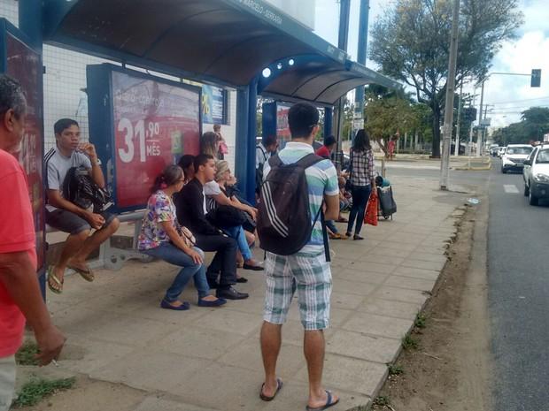 Usuários esperam por coletivos em pontos de ônibus  (Foto: Marcio Chagas/G1)