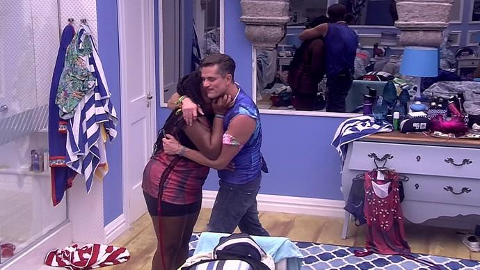 Marcos abraça Roberta (Foto: TV Globo)